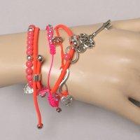 Armband neon roze met bedels